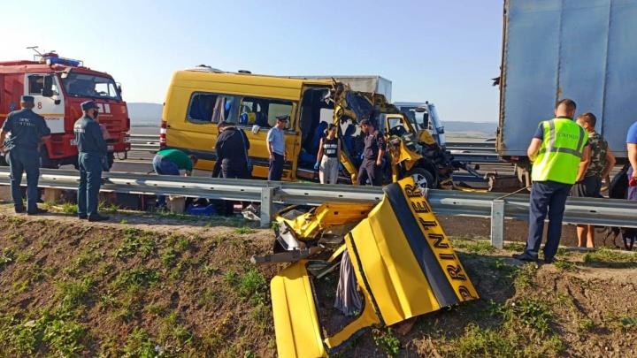 Среди погибших в столкновении микроавтобуса и грузовика в Крыму были омичи