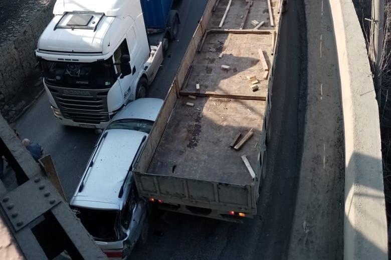 Автомобили заблокировали движение в обанаправления