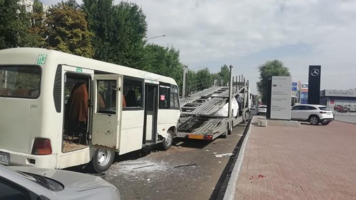 На Чкаловском маршрутка врезалась в автовоз. Пострадали пять человек