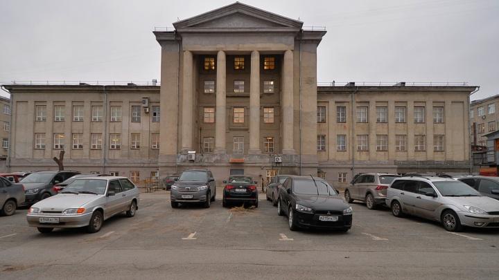 «Избушка, повернись»: угадываем известные здания Екатеринбурга по виду со двора