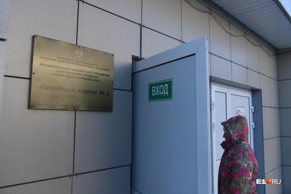Пока шестая больница принимает пациентов с симптомами ОРВИ, которые прибыли из-за рубежа, а также тех, кто контактировал с зараженными коронавирусной инфекцией