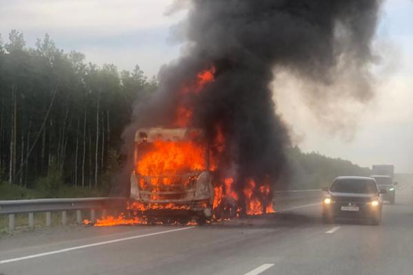 Весь грузовик был охвачен огнём