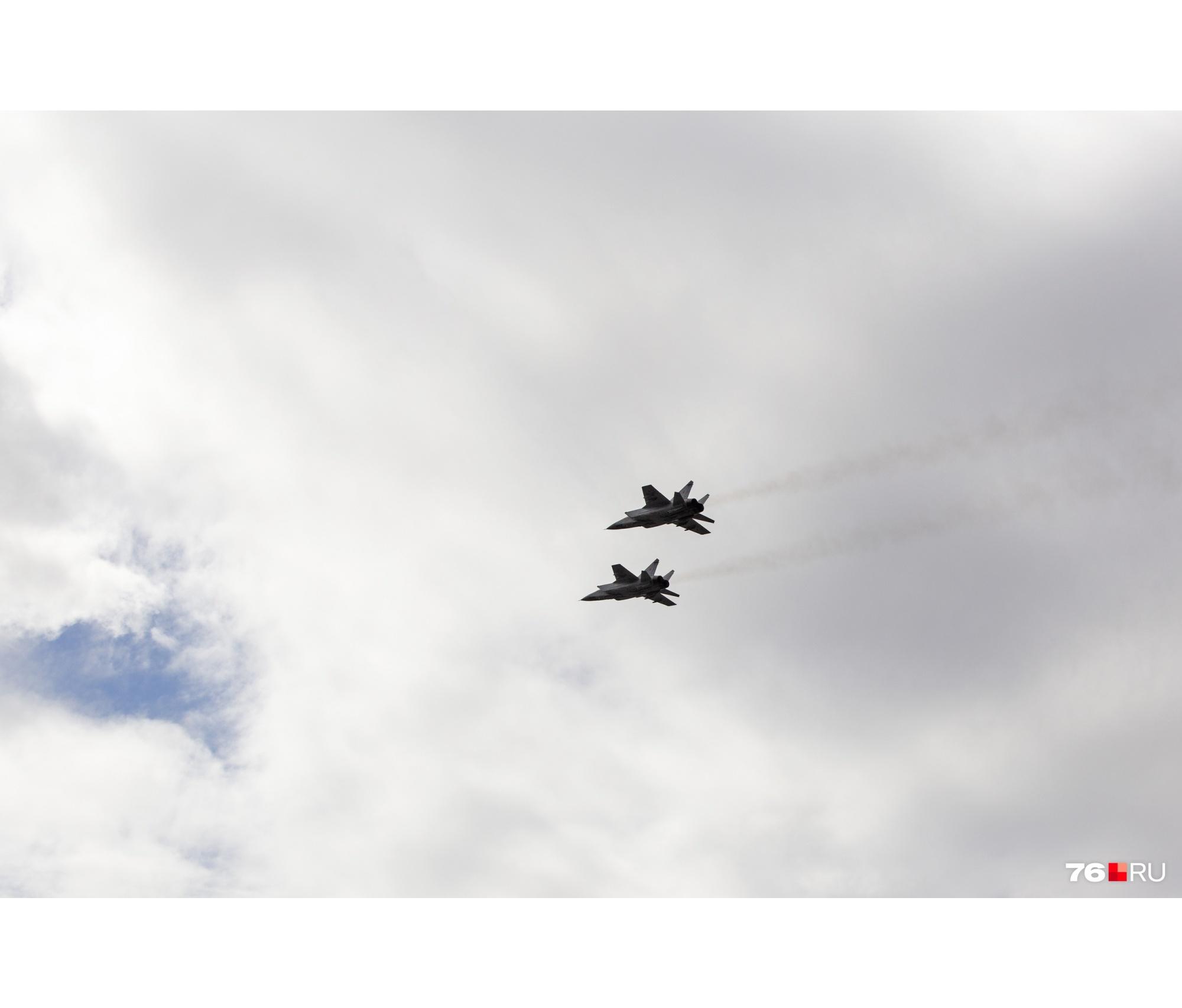 Самолеты оставляли в небе след