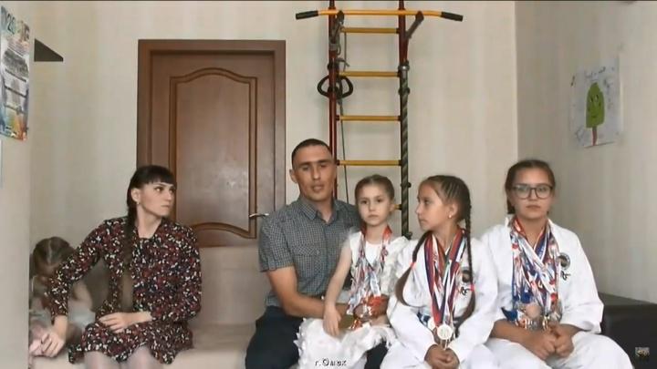 Семья из Омска вышла в прямой эфир с Путиным насчёт выплат на пятерых детей