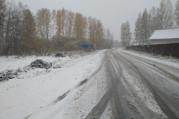Дорога в Кольцово покрыта снегом