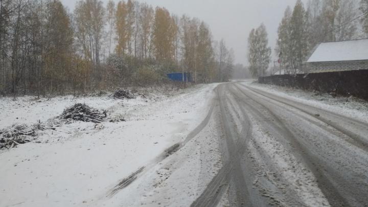 Под Новосибирском дороги засыпало снегом — смотрим фото из Кольцово