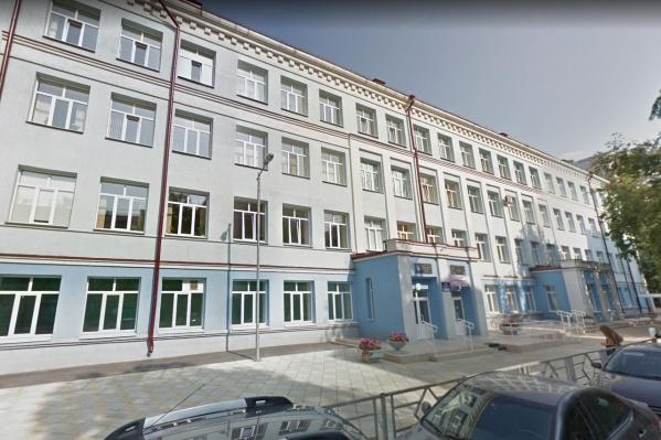 Школа расположена в Ленинском районе на улице Самарской