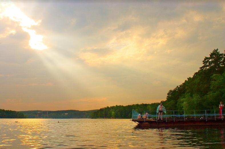 Побережье озера Еловое имеет развитую инфраструктуру