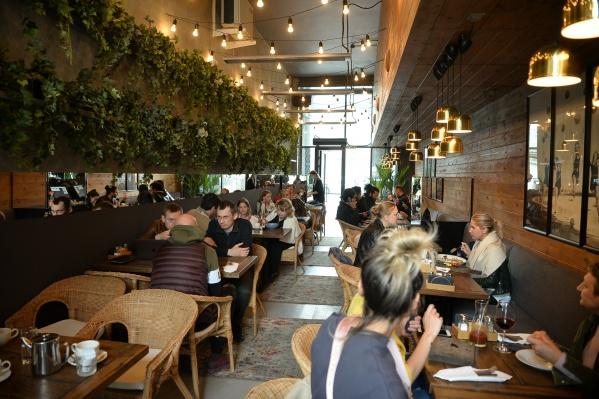 В Екатеринбурге на летних верандах ресторанов очень много посетителей