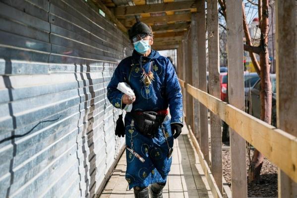 Многие носят защитные маски, чтобы защититься от коронавируса