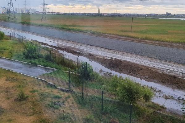 Жители Заозёрного из окон домов любуются на затопленное место строительства проспекта Мальцева