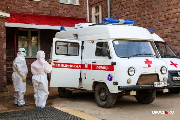 Пациентов продолжают доставлять в больницы медики скорой в противочумных костюмах