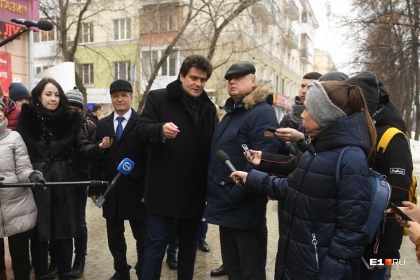 Глава Кировского района Александр Лошаков и мэр Александр Высокинский на объезде района