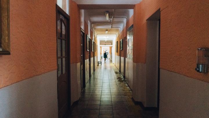 Стало известно, сколько учителей и школьников в Омске заразились COVID-19 с начала учебного года