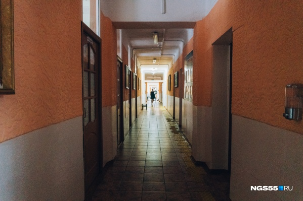Почти 200 учителей в Омске болеют коронавирусом