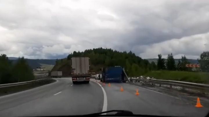 На трассе М-5 в Челябинской области фура упала набок и перегородила дорогу