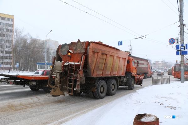 Зимой с улиц Нижнего Новгорода вывозят тонны снега вперемешку с песком