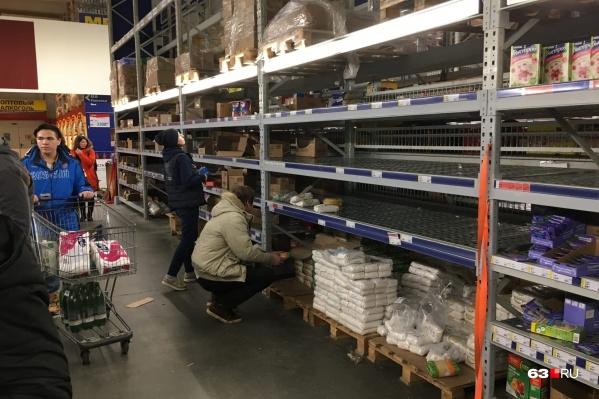 Самарцы скупают продукты с большим сроком годности