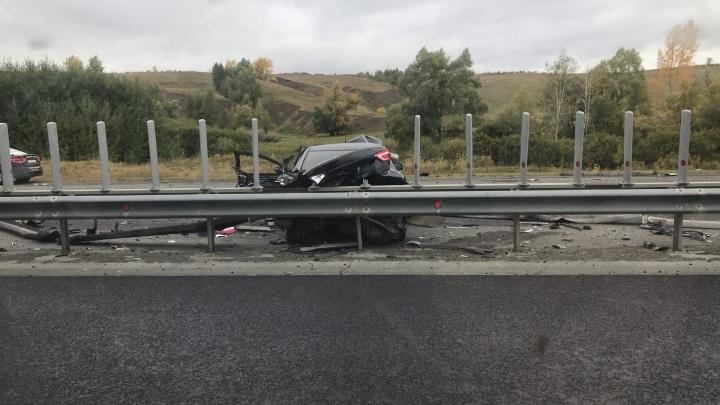 На дороге лежало тело: «Мазда» разбилась об отбойник на трассе М-5