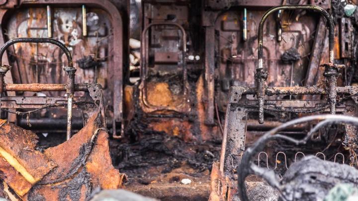 В Волгоградской области сгорели магистральный тягач и развозной грузовичок