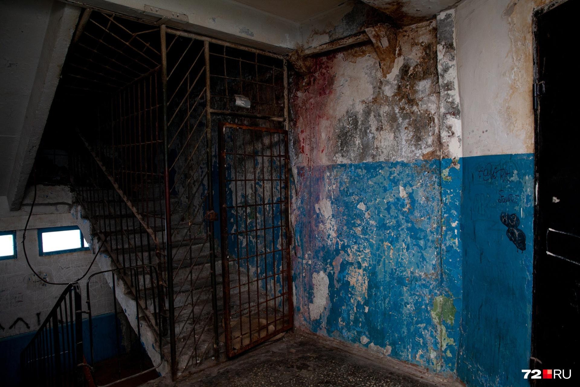 На верхнем этаже видно, что из-за трещины на торце сыреют стены