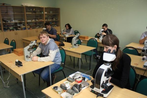 На геологическом факультете ЮУрГУ в Миассе камнерезному мастерству учит кавалер ордена Фаберже