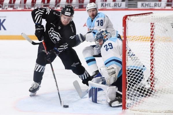 Обе шайбы челябинцы забросили в ворота сибиряков во втором периоде матча