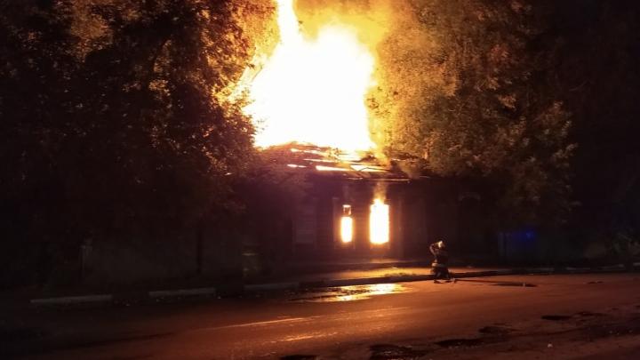 «Так дешевле»: в Ярославле сгорел старый дом на лакомом участке