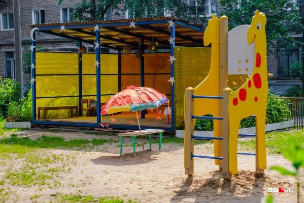В детских садах сейчас работают только дежурные группы, а чтобы попасть в них нужна справка от педиатра