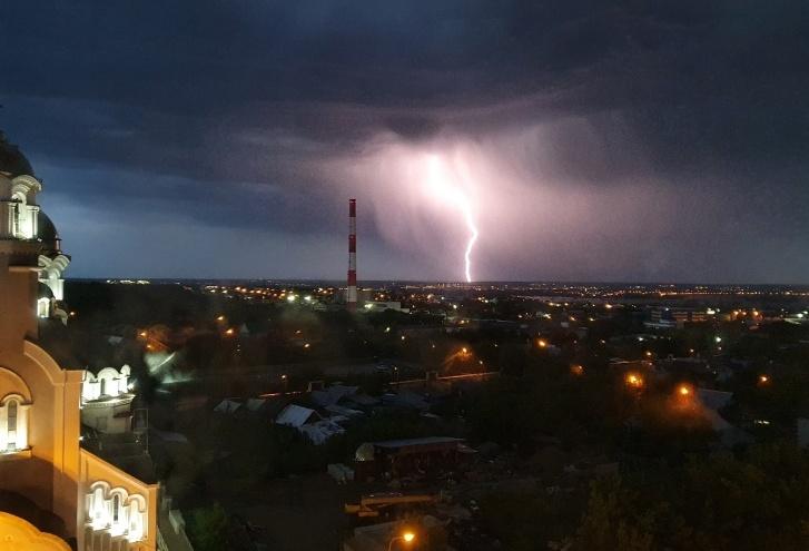 «Лед и пламя»: в Самарской области объявили штормовое предупреждение из-за града и грозы