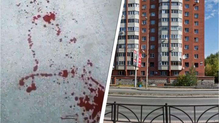 «Весь подъезд в крови»: в Екатеринбурге неизвестные стреляли в мужчину