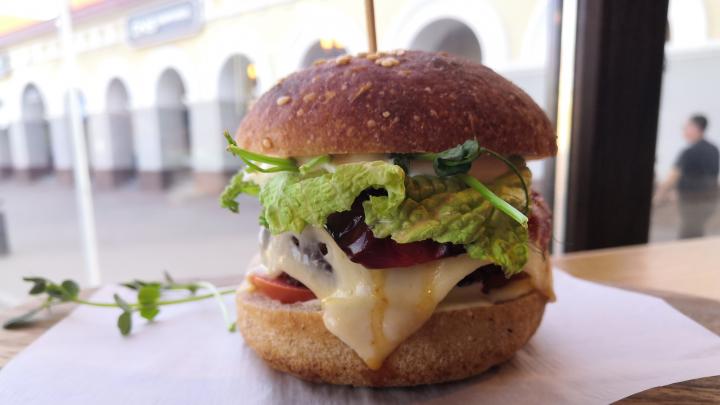 Невероятный бургер без мяса и хитрости бариста: тестируем новое кафе для вегетарианцев в Уфе