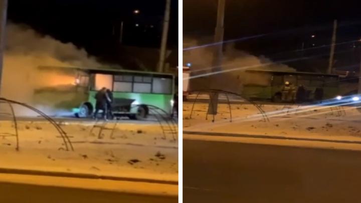 «Из-под днища появились искры»: в Каменске-Уральском загорелся автобус. Видео