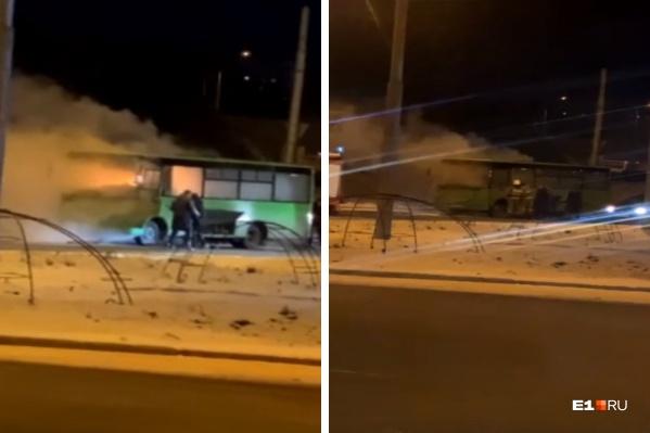 О том, что автобус загорелся, водитель узнал от автомобилистов