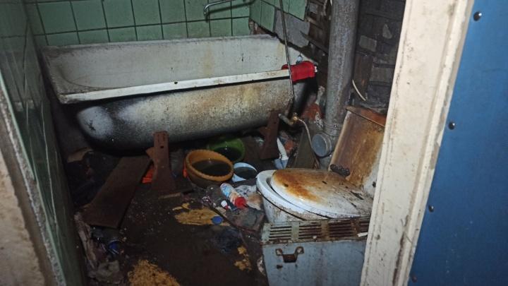 Репортаж из переулка Водников, где жильцы снимают полы, чтобы попасть домой