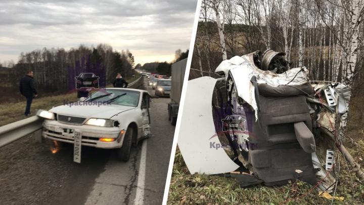 Водитель чудом выжил в располовиненном Toyota Mark II после аварии на трассе