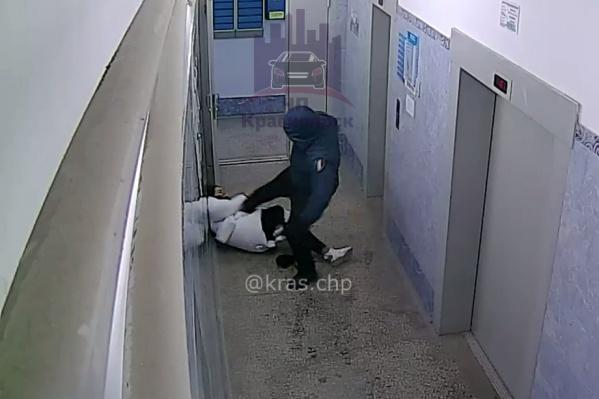 Нападавший пытается добить жертву на полу