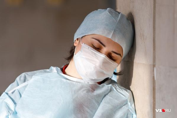 Сотрудникам больниц и скорой помощи, работающим с пациентами с коронавирусом, пообещали доплаты