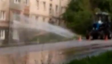Видео дня: на Бориса Панина в окно квартиры забил фонтан