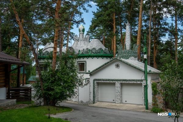Необычная мозаика и причудливые башенки привлекают внимание к сибирскому особняку в стиле Гауди&nbsp;<br>