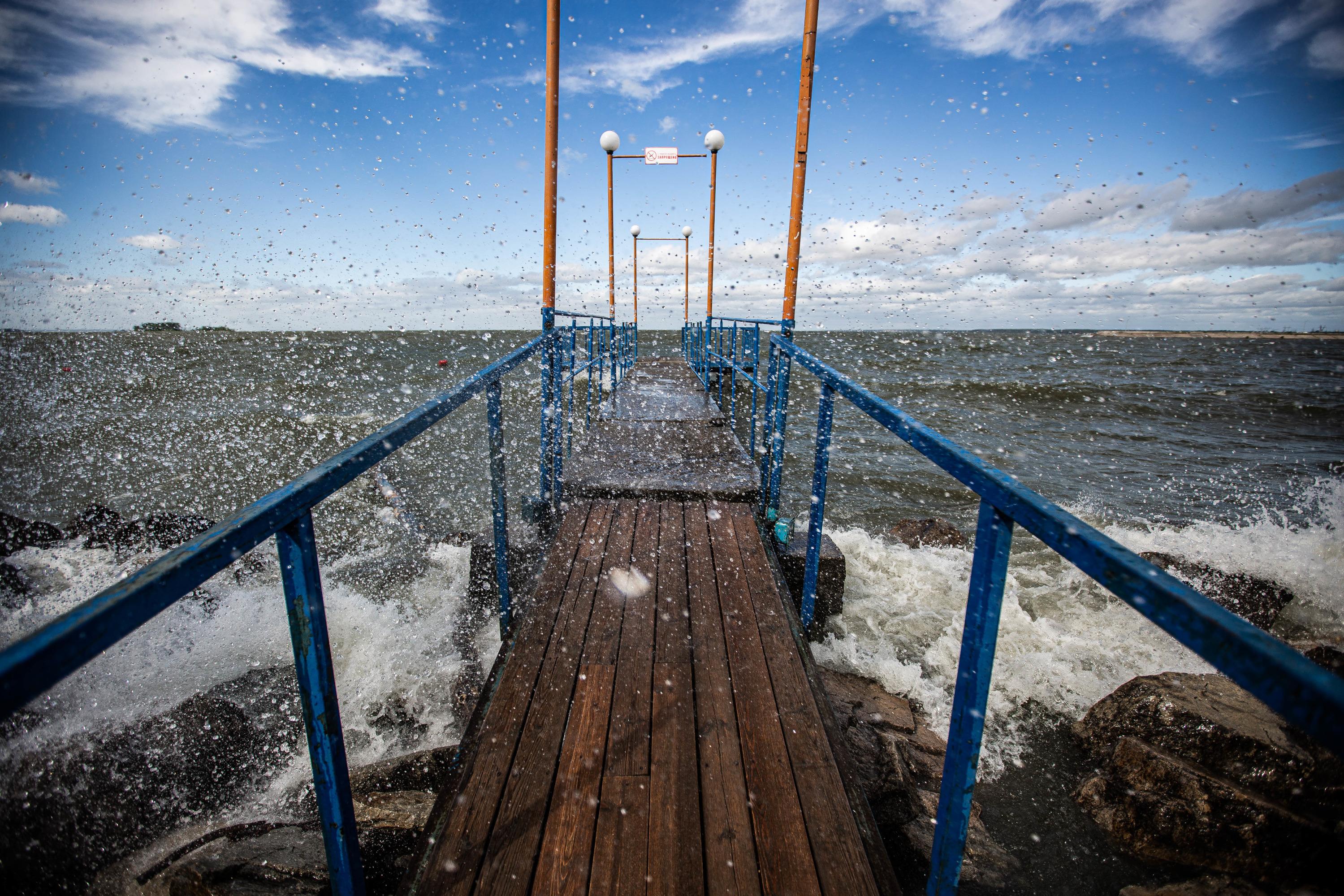 Сильный ветер, судя по прогнозу синоптиков, продержится в Новосибирске до конца дня