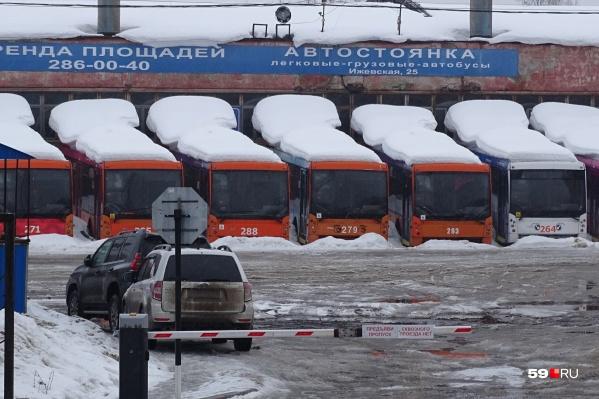 Уже более полугода на Ижевской без дела стоят пермские троллейбусы