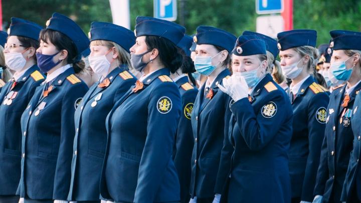 Строем в масках: самые яркие фото с первой репетиции парада Победы