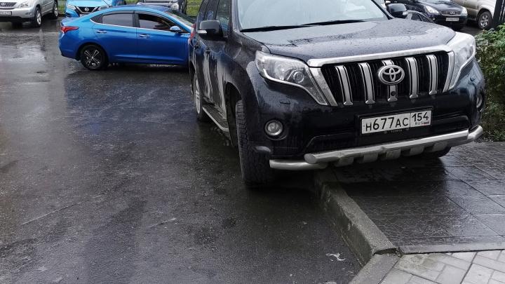 Гении парковки. Смотрите, как ведут себя на улицах Новосибирска водители крутых джипов