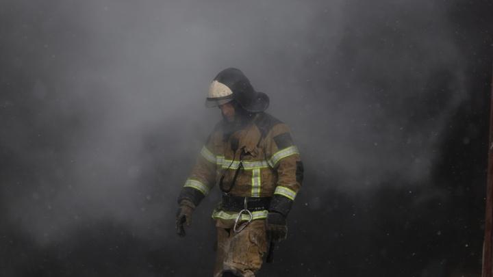 Дым и фейерверк: 21 кадр с пожара на ростовском рынке «Классик»