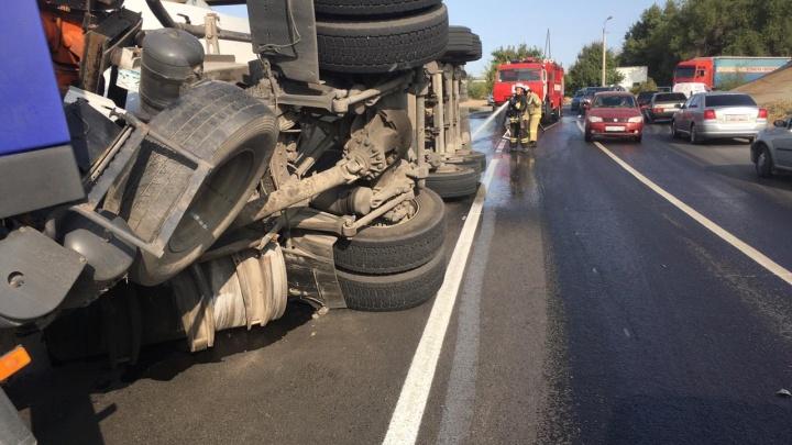 «Вылилось 300 литров солярки»: в Красноармейском районе Волгограда перевернулась автоцистерна с цементом