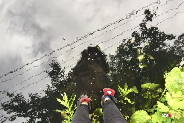 Чтобы добраться до наших собеседников, пришлось найти непромокаемые ботинки. Впрочем, сказать, что они спасли, было бы не честно