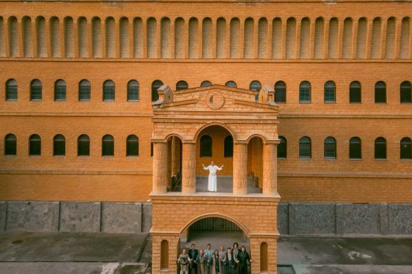 Атмосферу Италии создали и внутри эффектного замка