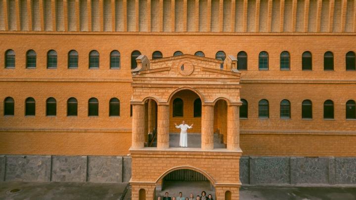 «Итальянский» замок рядом с Верхней Пышмой, который никак не могут продать, отдали под съемки клипа