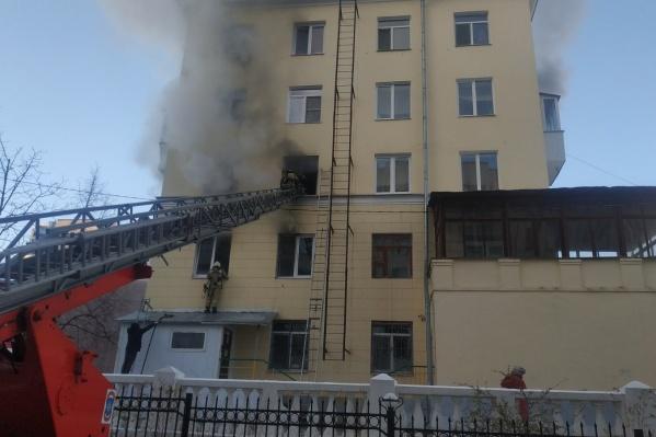 Пламя разгорелось в квартире на втором этаже